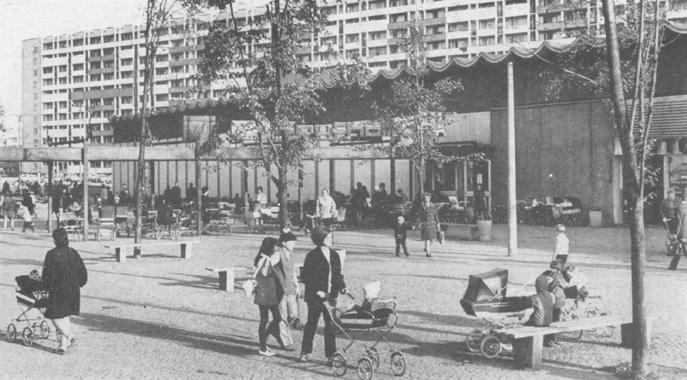 """Halle-Neustadt soll Großstadt für die Chemiearbeiter von Leuna und Buna sowie Modell für den Städtebau in der DDR sein. In der """"Stadt der Zukunft"""" soll der """"neue Mensch"""" entstehen und dieser die neue Gesellschaft gestalten. Eigensinn und Freiräume sind in der """"sozialistischen Lebensweise"""" nicht vorgesehen. So hat gerade die """"Stadt der Jugend"""" Heranwachsenden mit ihren besonderen Bedürfnissen nach Abgrenzung und Identität wenig anzubieten. Halle-Neustadt selbst ist ein wesentlicher Grund dafür, dass die OA auf so große Resonanz unter Jugendlichen stößt.  Erscheinungen Halle-Neustadts in den 1970er Jahren"""
