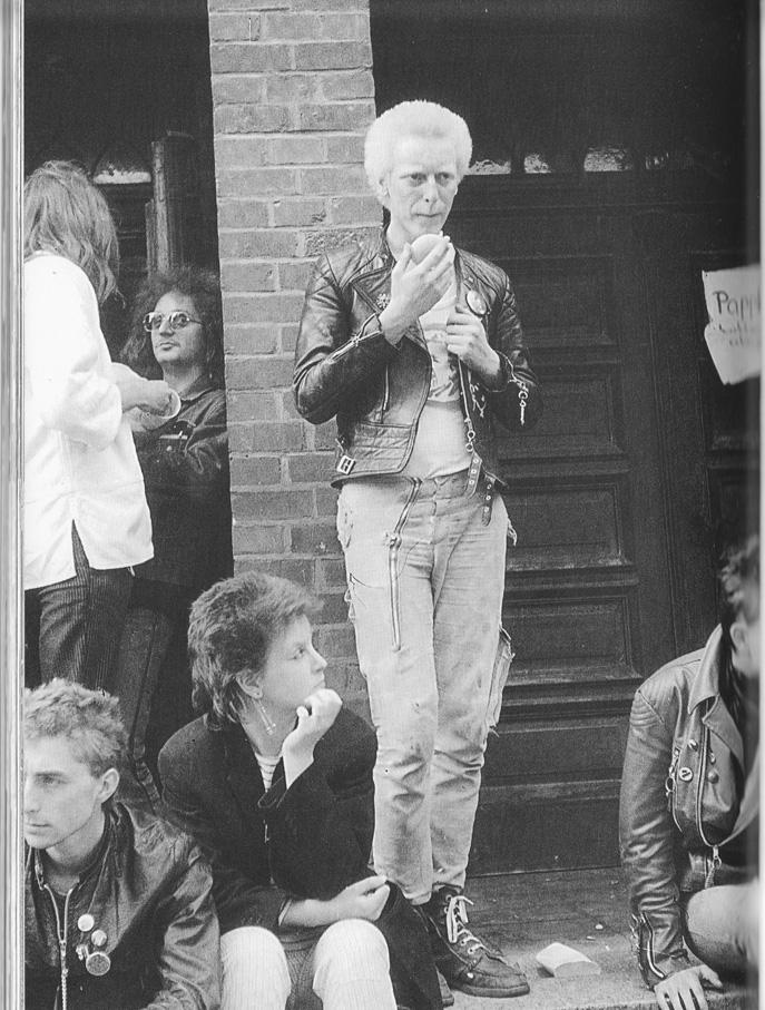 Mit den 80er Jahren erreicht eine neue Jugendsubkultur die DDR. Die Punks stoßen im Allgemeinen auf Unverständnis. 1982 bieten die 7. Werkstattage der OA in der Luthergemeinde der im Osten noch seltenen Spezies eine vorbehaltlos offene Tür. Auf der Veranstaltung gibt es eines der ersten Konzerte mit Punkmusik in der DDR. Etliche aus der OA Ha-Neu finden nach dem Rauswurf in Halle-Neustadt bei der JG der Luthergemeinde von Stadtjugendpfarrer Neher eine offene Tür. Luther und die Punks (Foto: Agnes Thelaner-Castro/ Privatbesitz: Moritz Götze).